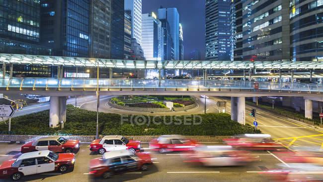 Traffic and elevated walkways, Hong Kong, China — Stock Photo