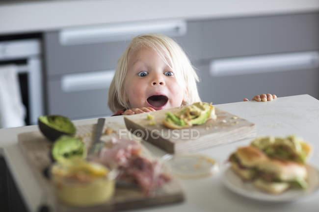 Junge peeking über Küchentheke — Stockfoto