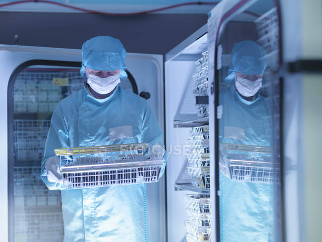 Worker checking archived electronic components in nitrogen atmosphere in clean room laboratory — Stock Photo