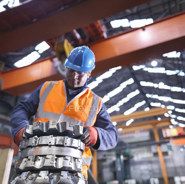 Steelworker levantamento de ferramentas de corte na fábrica de engenharia — Fotografia de Stock