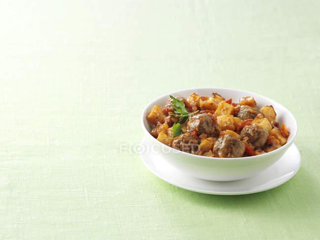 Schüssel mit spanischen Hackfleischbällchen mit Paprika und Chorizo Kartoffeln — Stockfoto