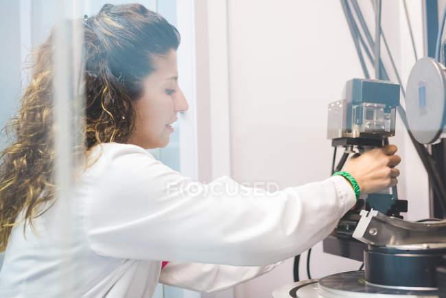 Scientifique changeant de détecteur de rayons X sur diffractomètre à rayons X — Photo de stock