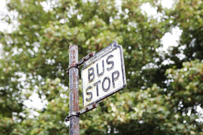 Arrêt de bus sur la route, West Yorkshire, Royaume-Uni — Photo de stock