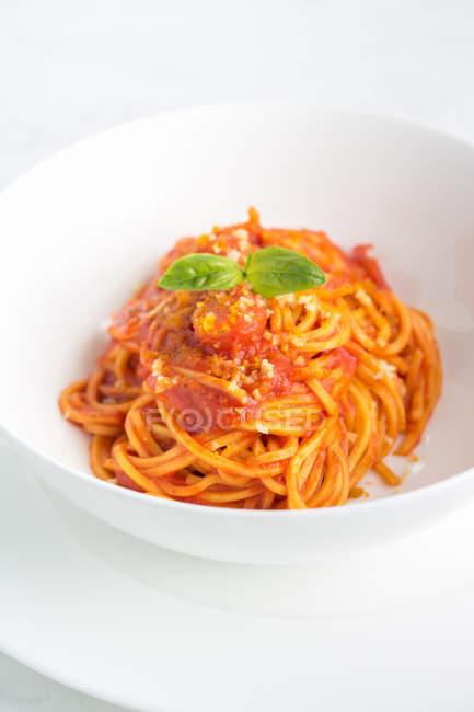 Чаша спагетті з томатним соусом, базиліка і сиру — стокове фото