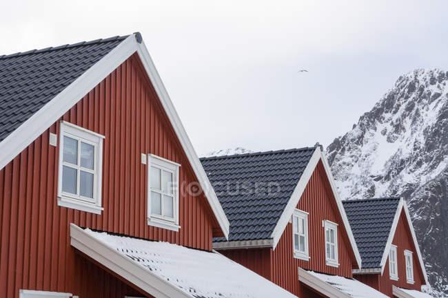 Detalhe de três casas e neve tampado montanha, Svolvaer, Ilhas Lofoten, Noruega — Fotografia de Stock