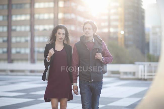 Пара ходьба на даху на стоянці в місті — стокове фото