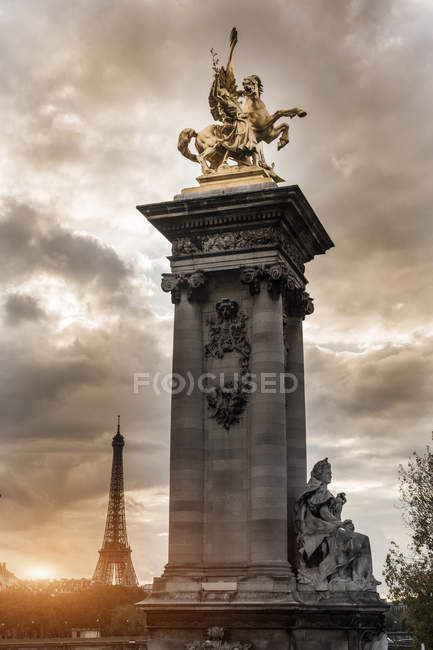 Statue on Pont Alexandre III, Eiffel Tower in background, Paris, France — Stock Photo