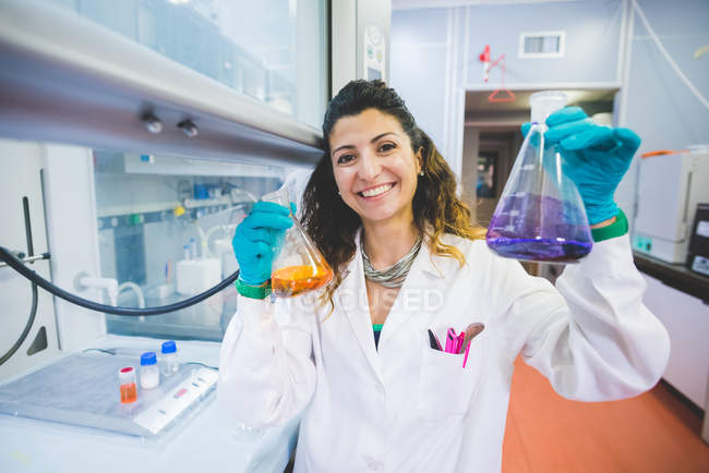 Female scientist monitoring pH solutions by using ph indicators — Stock Photo
