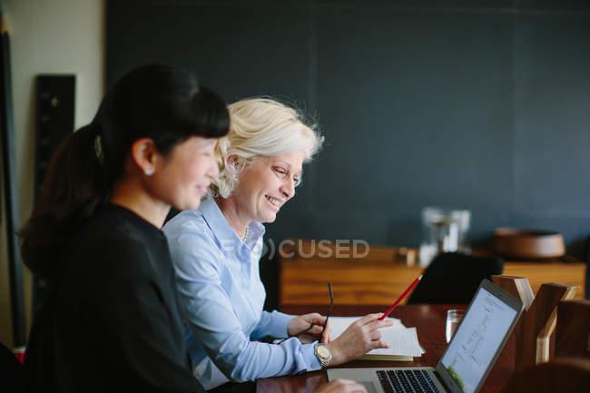 Два зрілі жінки в бізнесі мають неформальний office зустрічі — стокове фото