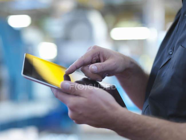 Инженер с помощью цифрового планшета на заводе, закрыть — стоковое фото