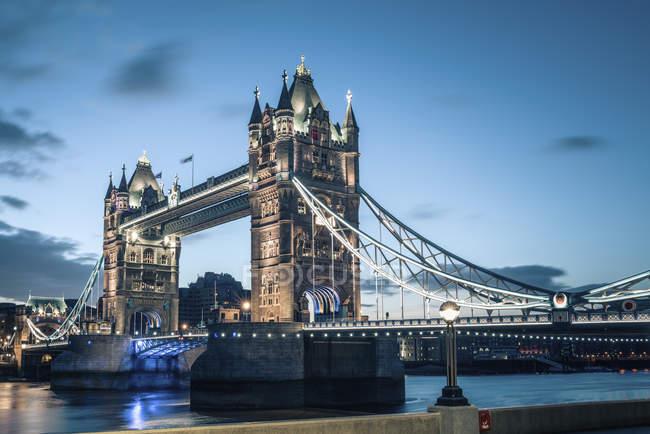 Перегляд Тауерського моста в сутінках, Лондон, Великобританія — стокове фото