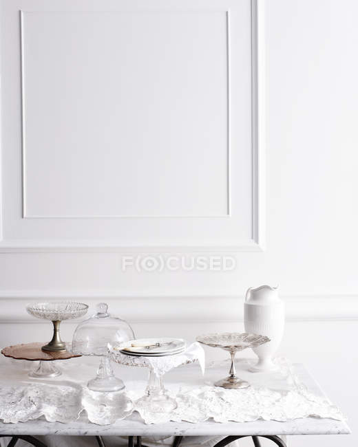 Выбор тортов на традиционном чайном столе — стоковое фото