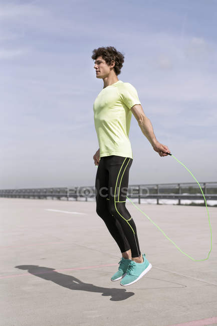 Молода людина, що здійснюють Скакалки в місті — стокове фото