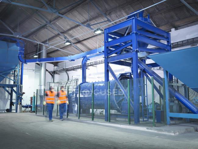 Arbeiter überprüfen Metallerzschleifwerk — Stockfoto