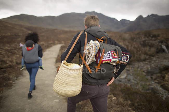Escursioni in famiglia sul sentiero, Piscine delle fate, vicino Glenbrittle, Isola di Skye, Ebridi, Scozia — Foto stock