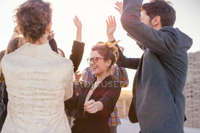 Gruppe von Freunden tanzen auf Party auf dem Dach — Stockfoto