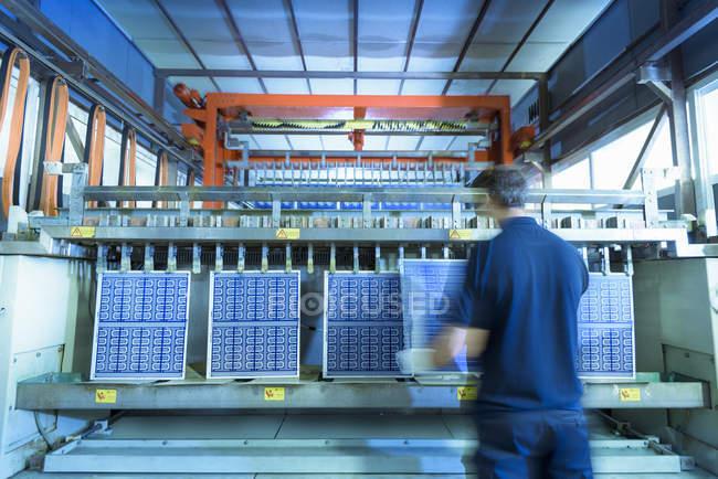 Завантаження робочих плат в обробну машину на фабриці мікроплати — стокове фото