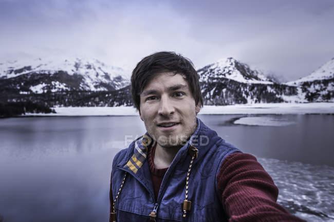 Male hiker taking selfie at lake Silsersee, Malojapass, Graubunden, Switzerland — Stock Photo