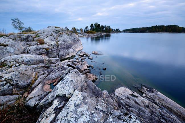 Мальовничий вид на скелястий берег і ще озеро під хмарного неба — стокове фото