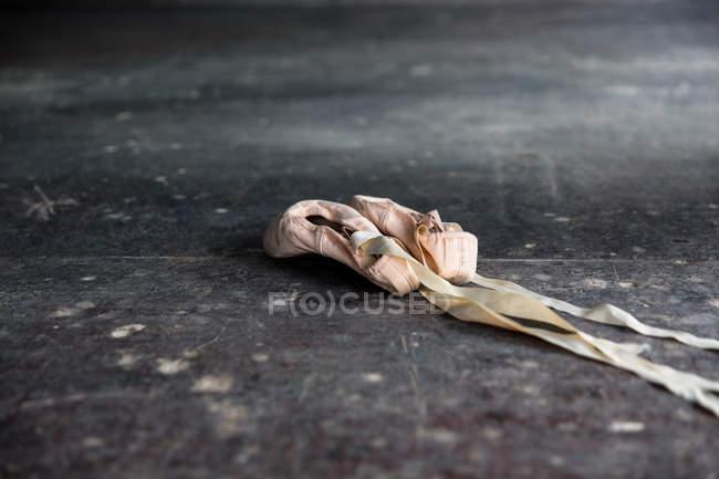 Cierre de zapatos de ballet en el suelo - foto de stock