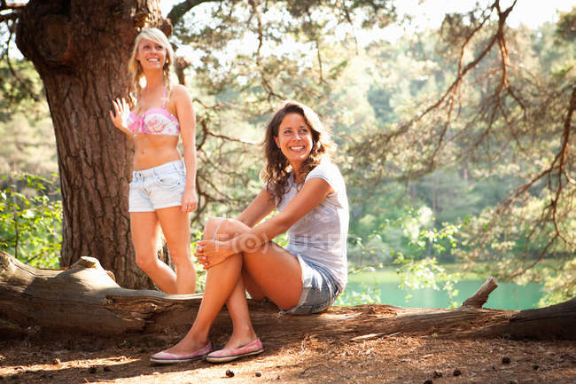 Two female friends at Blue Pool, Wareham, Dorset, UK — Stock Photo