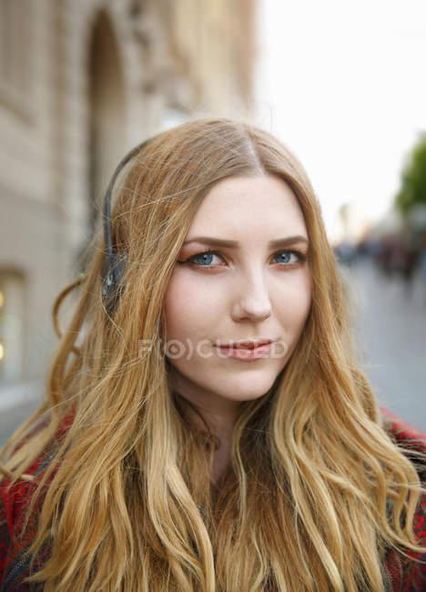 Портрет блондинки с наушниками — стоковое фото