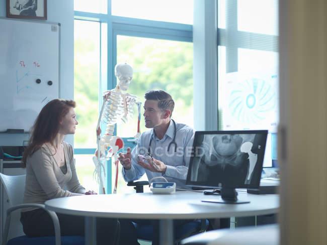 Consultor ortopédico com paciente em consultório — Fotografia de Stock