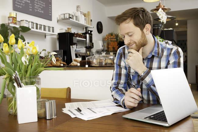 Männlicher Kunde ausfüllen im café — Stockfoto