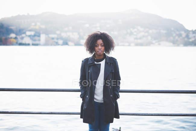 Портрет молодой женщины, прислонившейся к перилам озера Комо, Комо, Италия — стоковое фото