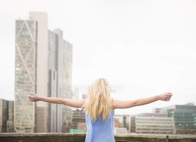 Giovane donna con arms outstretched, posteriore Vedi — Foto stock