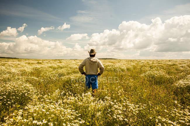 Uomo sul campo di fiori selvatici, villaggio Sarsy, regione Sverdlovsk, Russia — Foto stock