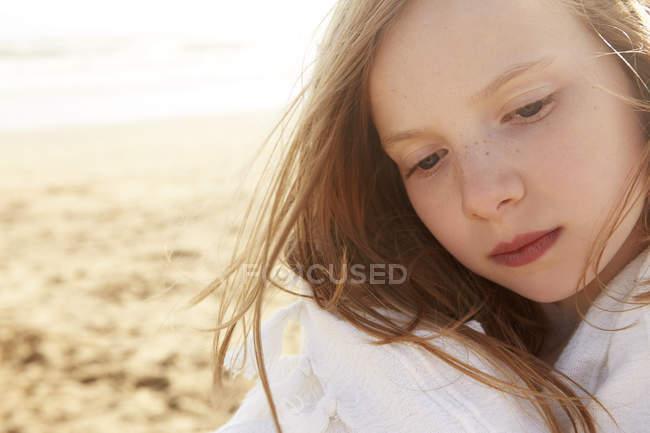 Close up ritratto di ragazza avvolto in coperta sulla spiaggia — Foto stock