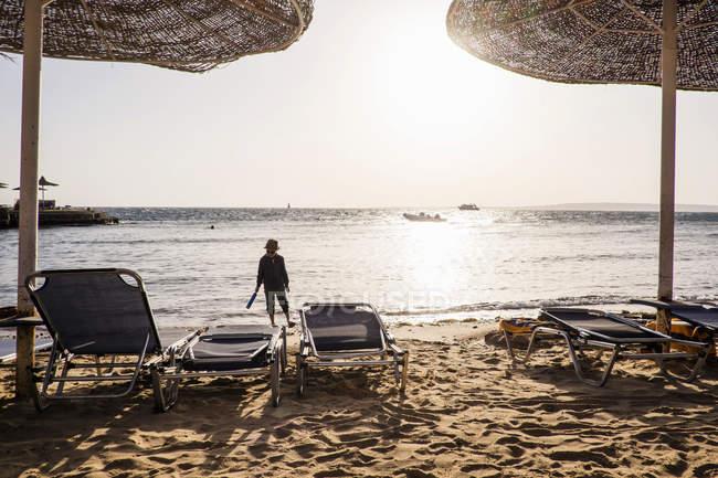 Jeune garçon marchant le long de la plage, Hurgada, Mer Rouge, Egypte — Photo de stock
