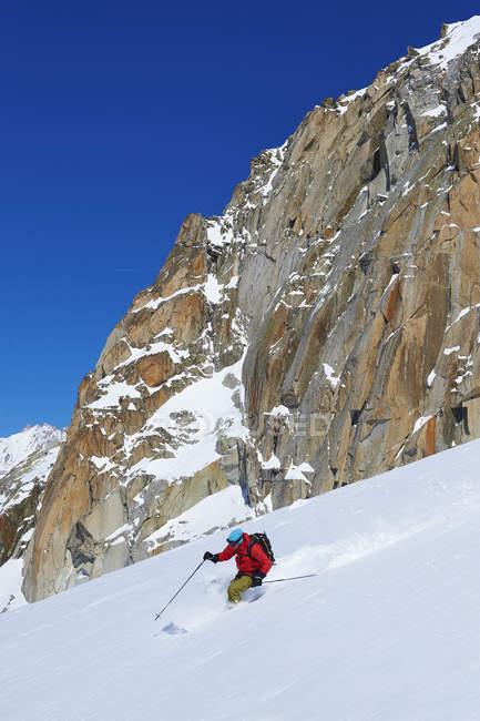 Чоловічий лижник мчить вниз по масив Монблан, Грайські Альпи, Франції — стокове фото