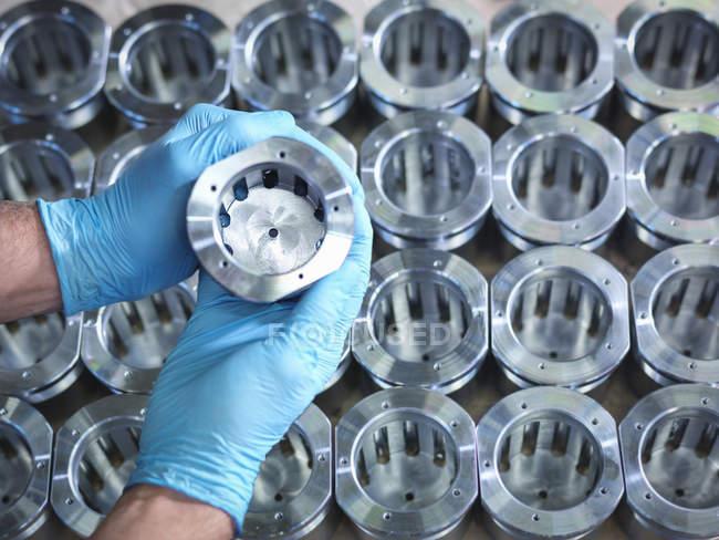 Nahaufnahme von Hände halten Teile am Fließband in der Fabrik — Stockfoto