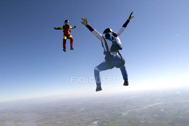 Paraquedistas livres no céu azul — Fotografia de Stock