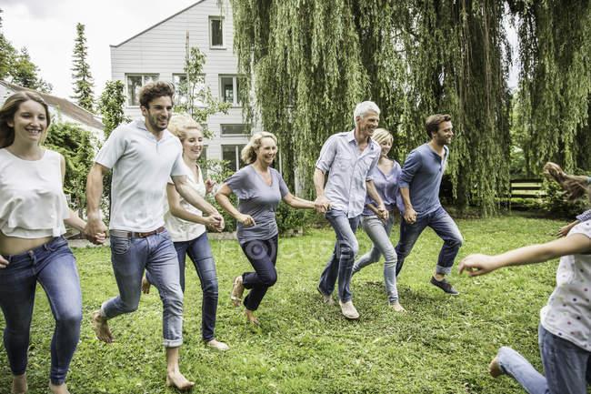 Zwei-Generationen-Familie im Garten — Stockfoto