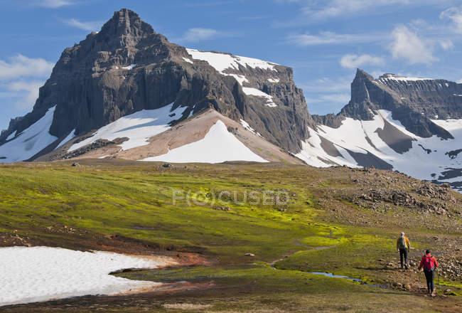 Randonneurs randonnée à la chaîne de montagnes de Dyrfjoll, Islande orientale, Islande — Photo de stock