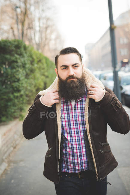 Молодой бородач на тротуаре — стоковое фото