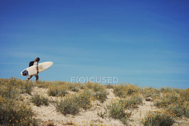 Mulher com prancha de surf, Lacanau, França — Fotografia de Stock