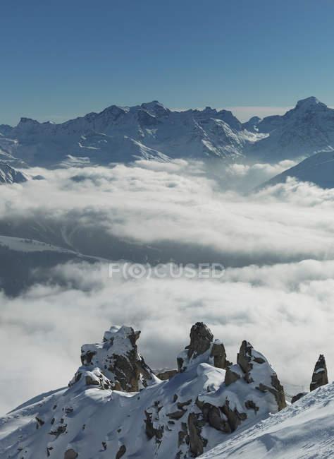 Erhöhten Blick auf niedrige Wolken in Schweizer Alpen Tal, Berner Oberland, Schweiz — Stockfoto