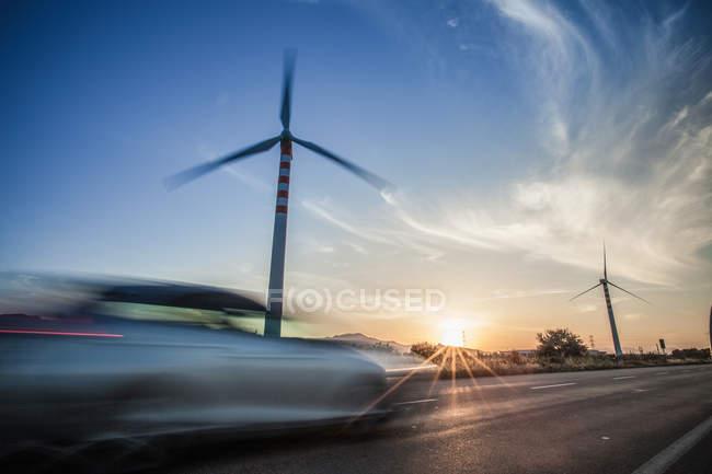 Vitesse de la voiture devant les éoliennes, Cagliari, Sardaigne, Italie — Photo de stock