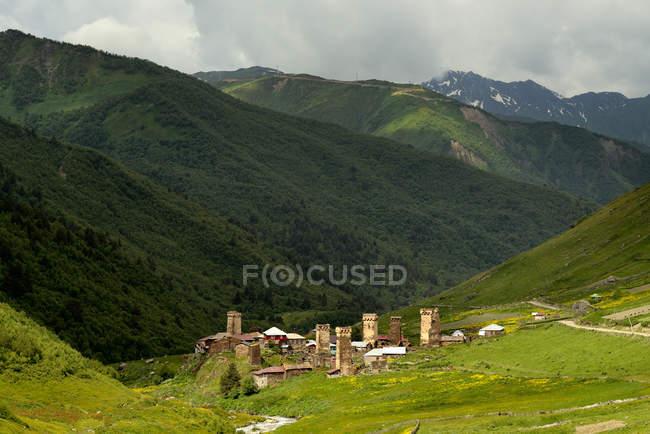 Далеких погляд на старі Svanetian вежі у долині, Ushguli села, Сванеті, Грузія — стокове фото
