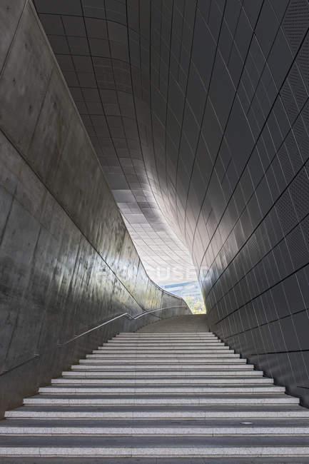 Escalier dans le parc de l'histoire et la culture de Dongdaemun dans la partie sud-est de Séoul, en Corée du Sud — Photo de stock