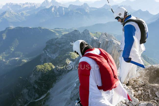 Due maglioni BASE da uomo ai margini della montagna guardando in basso, Dolomiti, Italia — Foto stock