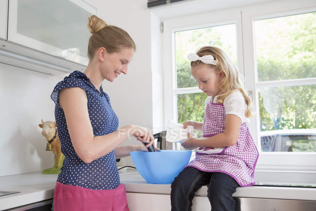 Madre e hija de la hornada - foto de stock