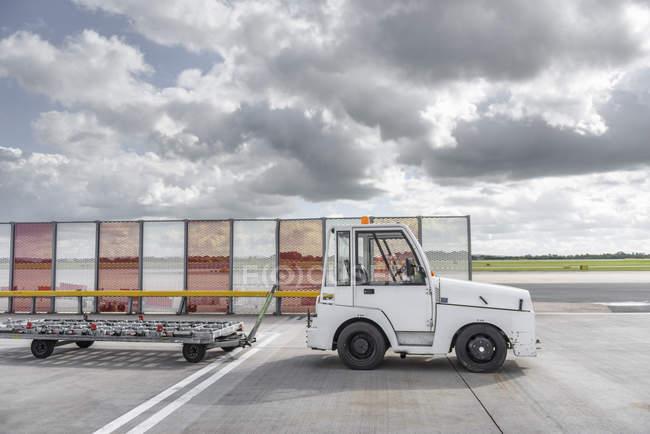 Rebocador de manuseio de bagagem pequena no aeroporto — Fotografia de Stock