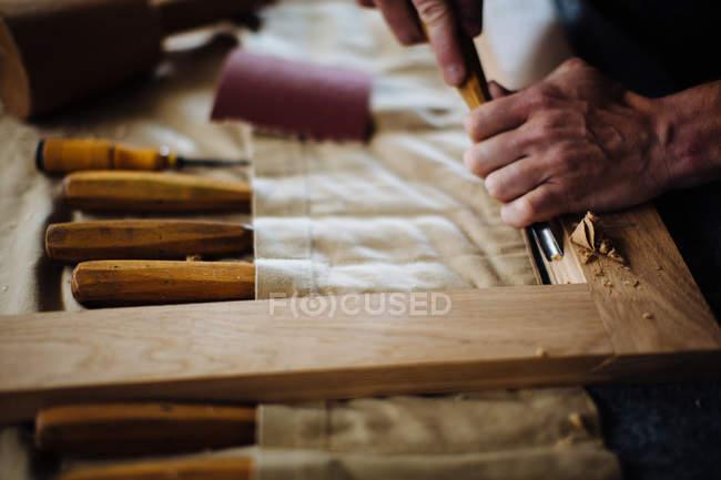 Руки молодого чоловіка Карпентер, використовуючи долото — стокове фото
