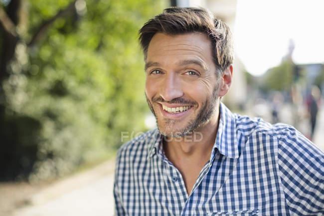 Ritratto di bell'uomo maturo sorridente per strada — Foto stock