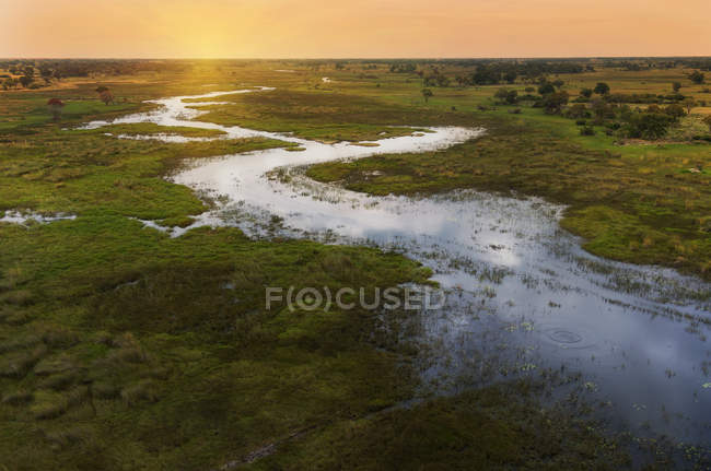Pôr do sol no Okavango Delta, Parque Nacional de Chobe, Botswana, África — Fotografia de Stock